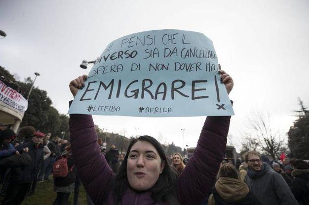 Una manifestante (Foto Ansa)