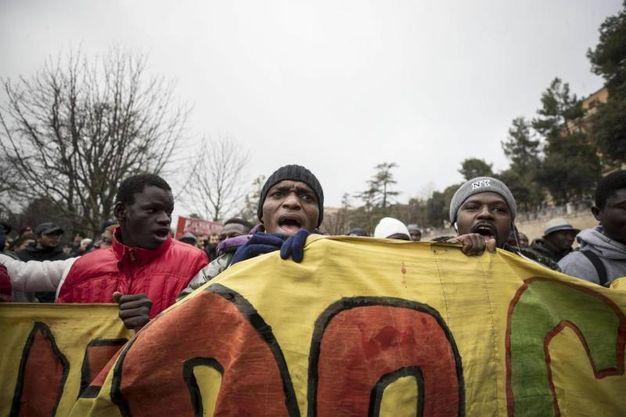 Alcuni manifestanti (Foto Ansa)