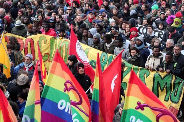 Bandiere arcobaleno nel corteo di Macerata (foto LaPresse)
