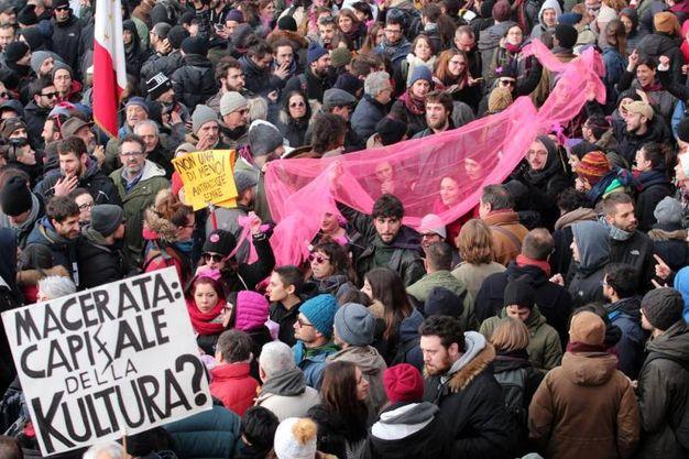 Migliaia di persone alla manifestazinoe antirazzista (foto LaPresse)