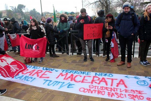 Manifestanti a Macerata (foto Ansa)