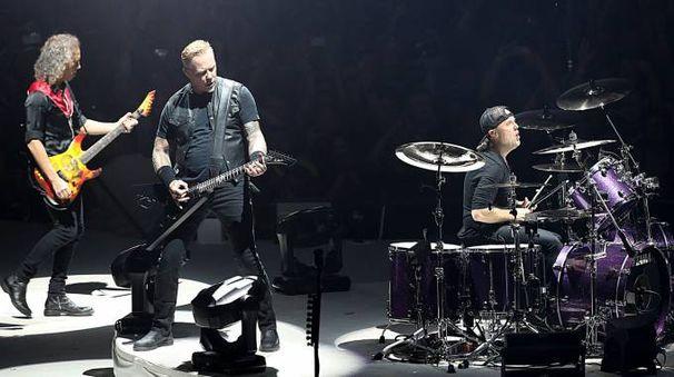 I Metallica sul palco al debutto del tour europeo a Colonia