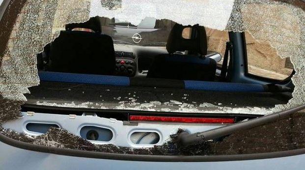 Il lunotto  posteriore della vettura della signora che è stato colpito mentre  lei e il genitore erano a bordo