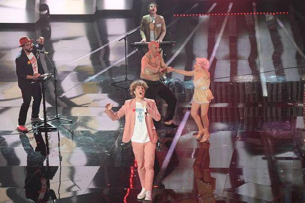 Festival di Sanremo, Lo Stato Sociale si esibisce sul palco nella serata conclusiva (foto LaPresse)