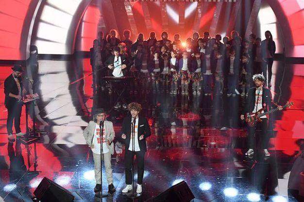 La quarta serata a Sanremo: Lo Stato Sociale sul palco con Paolo Rossi e il Piccolo Coro dell'Antoniano (foto LaPresse)
