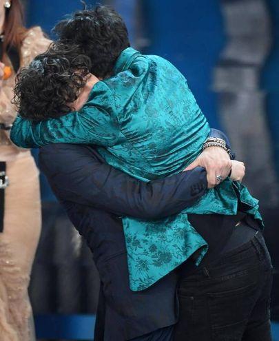 L'abbraccio tra i due vincitori (Ansa)