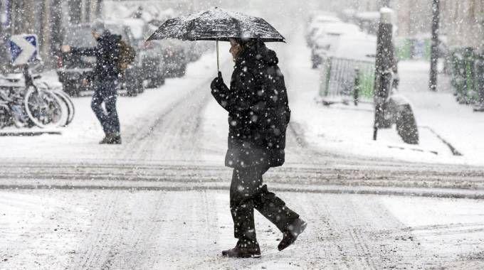 Neve a Parigi (Ansa)