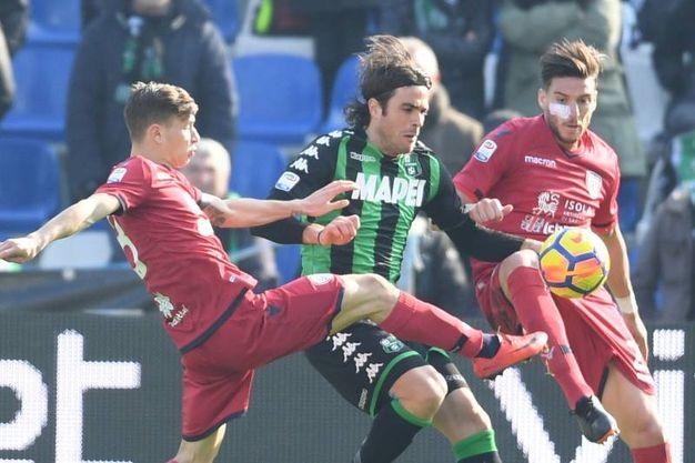 Matri tra due giocatori del Cagliari (foto Fiocchi)