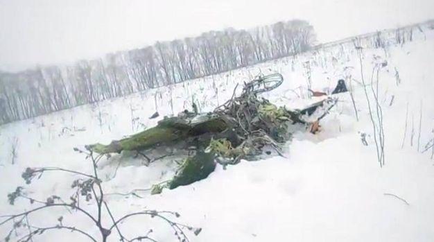 Mosca, l'aereo precipitato in Russia (Ansa)