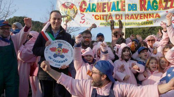 L'assessore Cameliani consegna il primo premio alla rappresentanza di Porto Fuori (Corelli)
