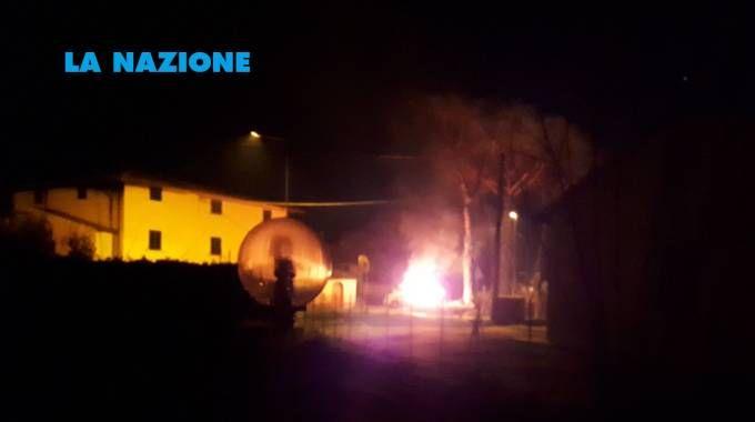 L'auto in fiamme (Foto e video di un lettore, Stefano Chierici)