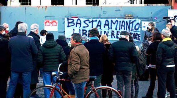 Una delle recenti manifestazioni dei cittadini contro la bomba ecologica dell'ex Leuci (Cardini)