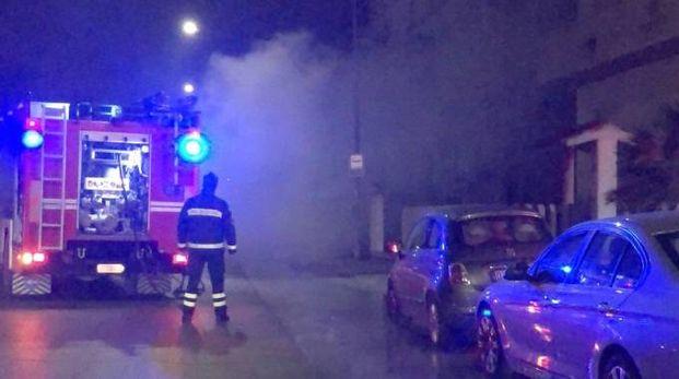PAURA NELLA NOTTE Auto a fuoco a Civitanova (foto d'archivio)