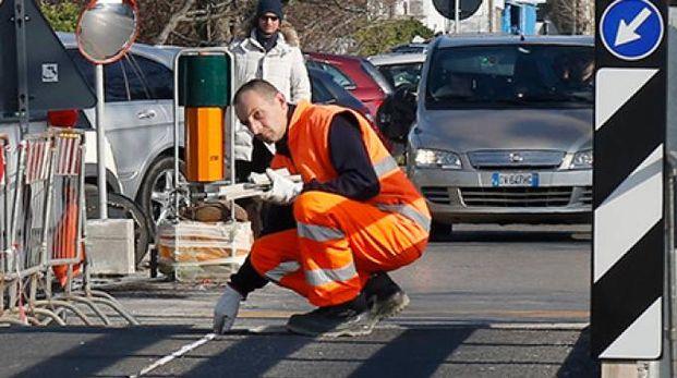 Tecnici al lavoro per risolvere il problema verificatosi sul ponte d'acciaio dell'Arnino (Foto Valtriani/Teta)