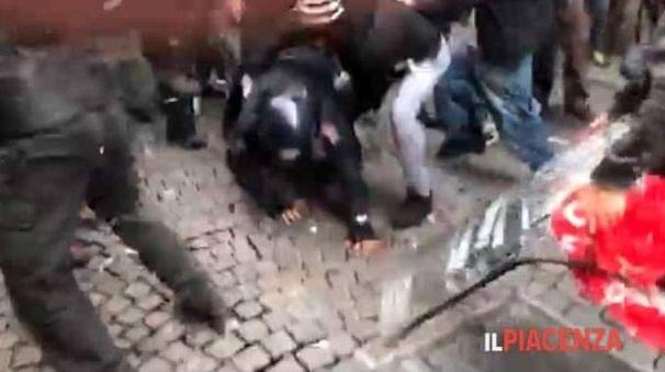 Un momento dell'aggressione al carabiniere