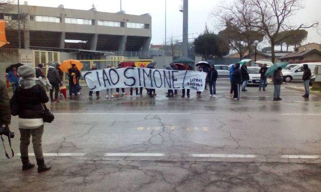 Gli ultras della curva Mero attendono il transito del feretro allo stadio Benelli