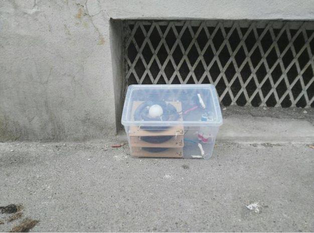 Il pacco sospetto trovato vicino alla scuola elementare Rossini (New Press Photo)