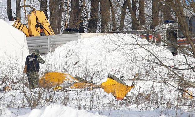 Mosca, proseguono le indagini sull'aereo precipitato (Ansa)