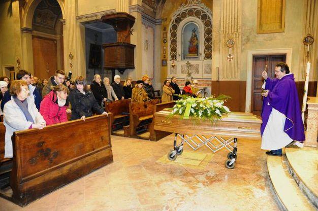 Nel corso della cerimonia toccante il ricordo dei familiari e degli amici. «Roberto ha fatto della sua vita un dono», ha detto il parroco durante l'omelia (Foto Fiocchi)