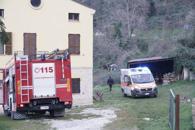 I soccorsi per l'auto fuori strada (Foto Zeppilli)