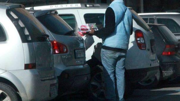 Un venditore abusivo nel parcheggio dell'ospedale Bufalini (foto di repertorio)