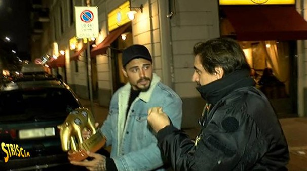 L'inviato di Striscia, Staffelli, consegna il Tapiro d'oro a Francesco Monte