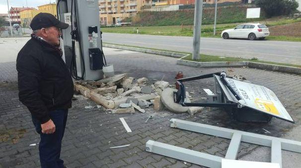 Il distributore devastato dai ladri a colpi di ruspa