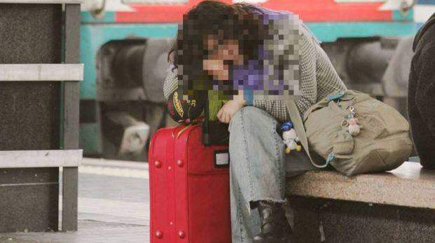 Donna con la valigia (immagine di archivio)