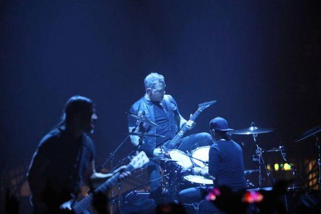 I Metallica, con un palco avveniristico dai minori carichi sospesi, all'Unipol Arena riservano al popolo emiliano i loro unici show italiani dell'anno (Foto Schicchi)