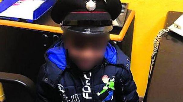 Il bambino sano e salvo in caserma con il cappello dei carabinieri