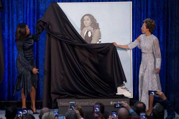 Michelle Obama svela il dipinto insieme alla pittrice Amy Sherald (Lapresse)