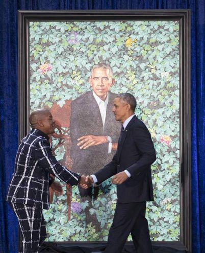 Obama insieme all'autore del ritratto Kehinde Wiley (Ansa)