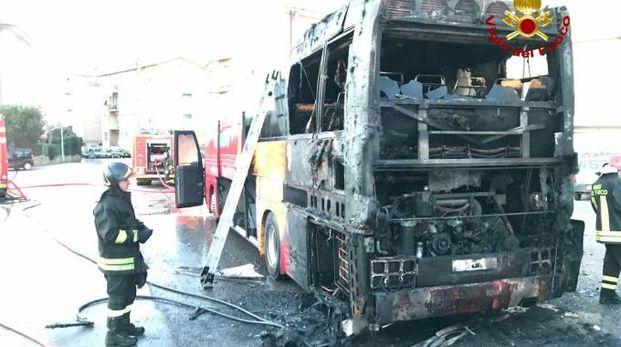 L'autobus semidistrutto dal fuoco