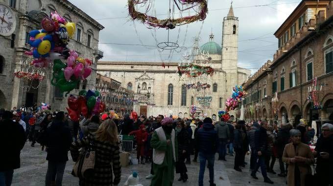 Folla in piazza del Popolo per il Carnevale di Ascoli