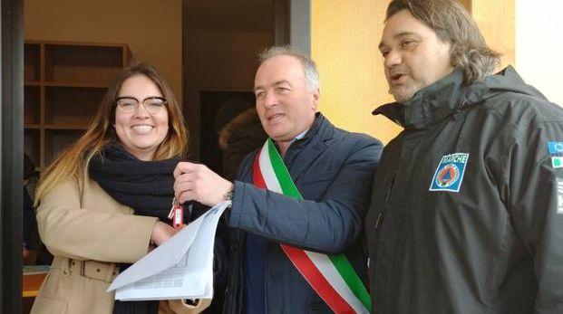 Il sindaco consegna le chiavi a una famiglia
