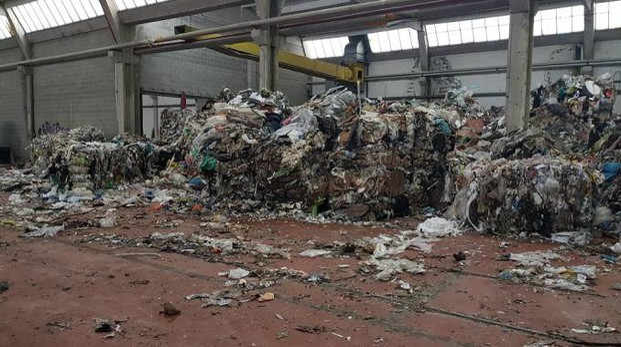 Una montagna di rifiuti illeciti