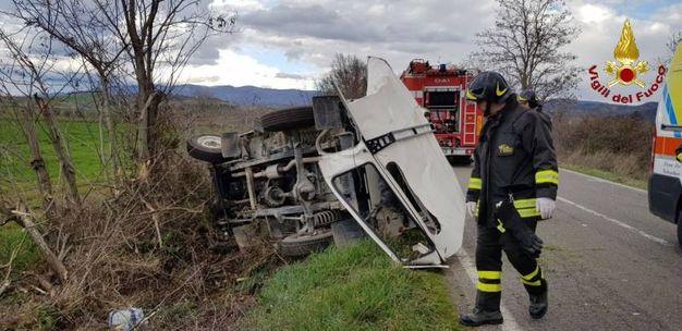 Auto fuoristrada, estratti i due occupanti rimasti incastrati (foto: vigili del fuoco)