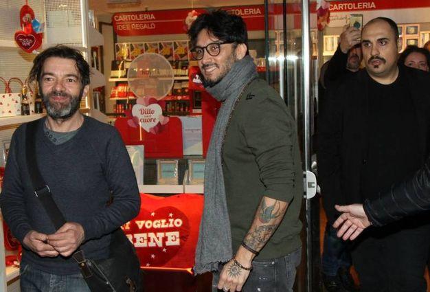 Fabrizio Moro in libreria a Milano per il firmacopie