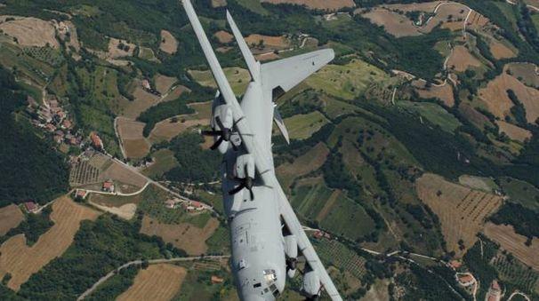Il c-130 J impegnato nelle operazioni di salvataggio