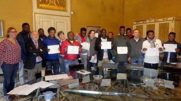 I migranti coinvolti  insieme al sindaco e all'assessore Sapigni