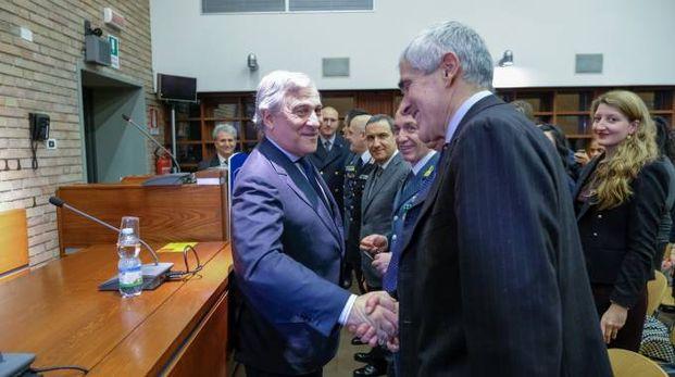 La stretta di mano tra Tajani e Casini (FotoSchicchi)