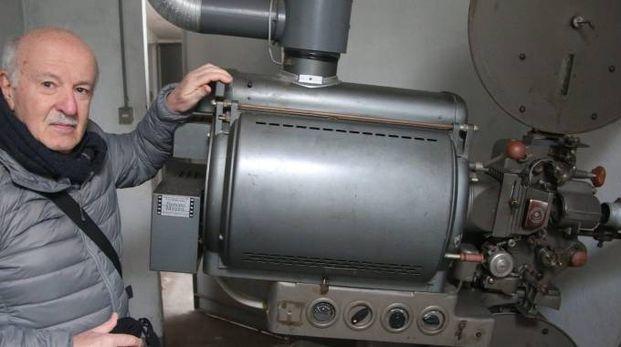Il primo 'proiettorista' Franco Macrelli con l'antico proiettore che ancora si trova negli spazi in disuso