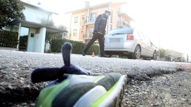 Una scarpa del bimbo e l'auto che ha investito mamma e figlio (foto Ravaglia)