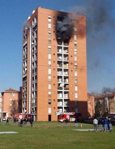 L'incendio nel palazzo di via Cogne (Ansa)