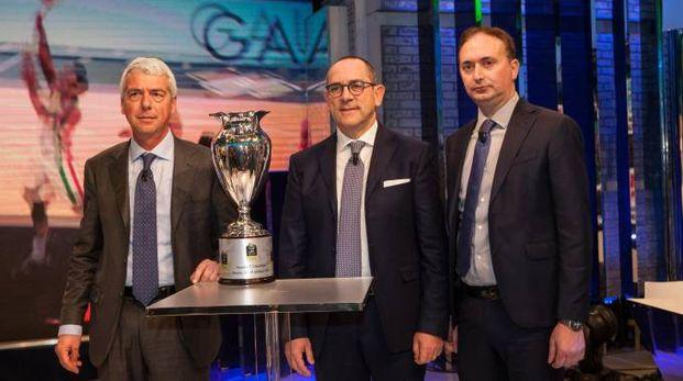 Il presidente di LBA Bianchi con la Coppa (LaPresse)
