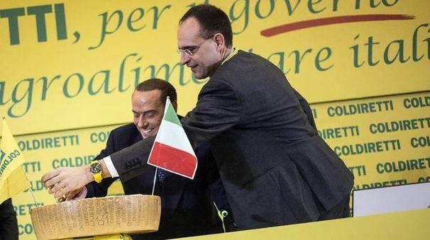 ll presidente Coldiretti Moncalvo e Berlusconi siglano il Patto del parmigiano (Ansa)
