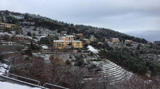Meteo, la neve all'Isola del'Elba (foto Ansa, profilo Facebook del Comune di Marciana)