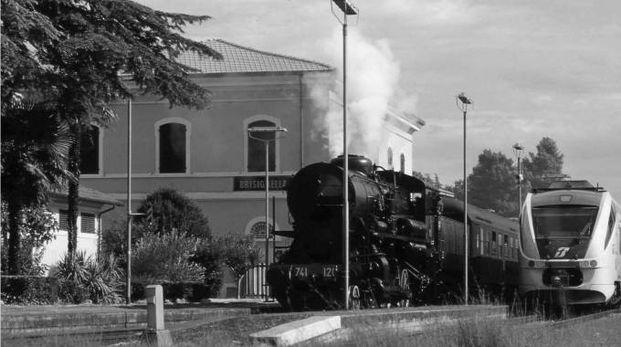 una foto della stazione di Brisighella con una locomotica a vapore e un 'Minuetto'