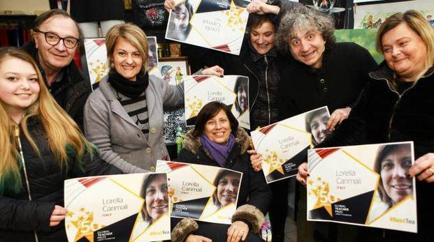 IL TIFO Lorella Carimali circondata dal suo fan Club, anzi «Fun club» di Bande Armate