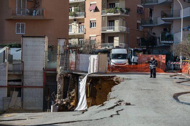 Roma, la voragine in via Livio Andronico (Imagoeconomica)